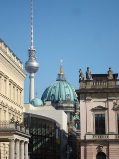 BERLIN, hinter der Neuen Wache bietet sich diese Perspektive ...