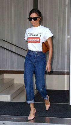 E para quem pensa que o outfit com t-shirt e calça jeans não pode ser chic, aqui está a prova do contrário. Com a blusa pra dentro da calça e um scarpin, o mood fashion é certeiro. Victoria Beckham - t-shirt-mom-jeans - mom-jeans - verão - street style