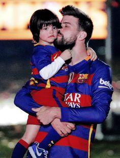 Tal pai tal filho: Gerard Piqué e Milan combinam até nas meias