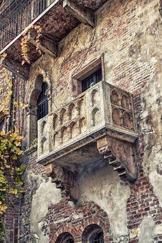El famoso balcón de Romeo y Julieta en Verona, Italia ~: