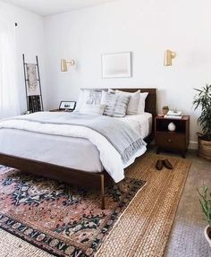 One effective thing to get rid of boredom is to redesign your bedroom with a rug. One design that you can use is minimalist bedroom design. Minimalist bedroom designs don't die, you know, the… Home Decor Bedroom, Bedroom Makeover, Bedroom Interior, Home, Eclectic Bedroom, Small Bedroom, Home Decor, Dark Wood Bed, Layered Rugs Bedroom