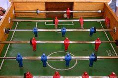 Jogar pebolim (ou totó) e ter regra contra apelão: não vale girar. | 27 coisas que só quem foi moleque nos anos 90 vai entender