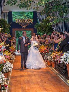 Maria Luíza e Paulo tiveram um casamento na fazenda com assessoria de Roberto Cohen, projeto floral de André Pedrotti e beleza assinada por G. Junior.