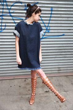 Comprar ropa de este look:  https://lookastic.es/moda-mujer/looks/vestido-recto-vaquero-azul-marino-sandalias-romanas-altas-de-cuero-marrones-cinta-para-la-cabeza-rosada/11133  — Vestido Recto Vaquero Azul Marino  — Cinta para la Cabeza Rosada  — Sandalias Romanas Altas de Cuero Marrónes
