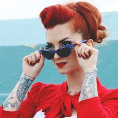 coiffure pin up rockabilly: suicide roll, cheveux rouges