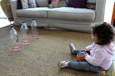Brincadeira de movimento com boliche caseiro - gabi sentada no chao