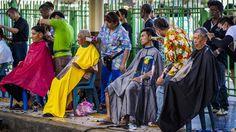Reisende bekommen in Bangkok (Thailand) einen kostenlosen Haarschnitt im Rahmen der Songkran-Festlichkeiten. Jedes Jahr Mitte April feiert Thailand das Songkran-Fest. Es ist traditionell eine wilde Mischung aus Neujahr, Familienfeier und Wasserschlacht. | Bildquelle: dpa