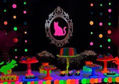Quando a aniversariante é apaixonada por cores neons e ama gatinhos, o resultado é uma festa neon com gatinhos! #glowinthedark