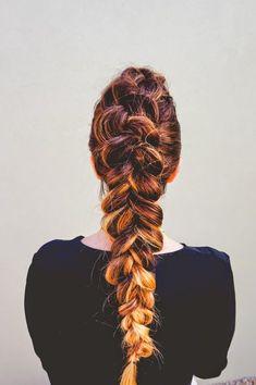 Tranças holandesas ficam lindas em cabelos com mechas em tonalidades diferentes!