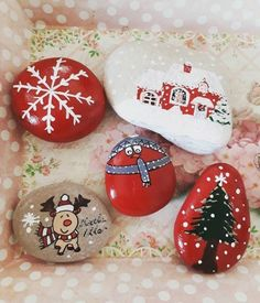 100 creative ideas for stones painted in Christmas mood! Decorate your Christmas decoration by yourself Stone Crafts, Rock Crafts, Christmas Projects, Holiday Crafts, Rock Painting Ideas Easy, Rock Painting Designs, Mery Crismas, Christmas Rock, Hand Painted Rocks