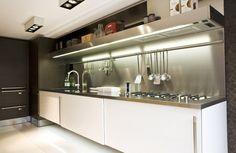 MGS Vela D op een Arclinea keuken met rvs werkblad.