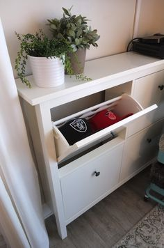 Get shoes off the floor and out of boxes, but still protected from dust with HEMNES shoe cabinet. Holds up to 8 pair, and its low-profile saves space, too!