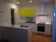 Raikkaan keltaiset keittiökaapit