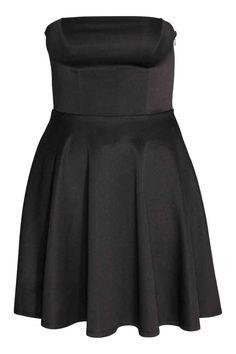 16. H&M+ Bandeau ruha: Rövid, puha, fényes dzsörzéruha nyitott vállal, felül szilikonszegővel, oldalán rejtett cipzárral, derekán varrattal, harangszoknyával és bélelt derékrésszel.