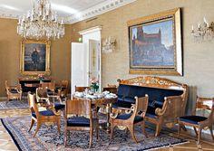 Keltaisen salin empirekalusto hankittiin keisari Aleksanteri I:n määräyksestä. Sen on suunnitellut arkkitehti Vasili Stasov ja valmistanut Andrei Tour Pietarissa 1819. Pähkinäpuulla vaneroitu ja osittain kullattu kalusto kunnostettiin entiseen loistoonsa. Sohvan yläpuolella riippuu Severin Falkmanin vuonna 1886 maalaama Kaarle Knuutinpoika Bonden lähtö Viipurin linnasta Tukholman kuninkaanvaaliin 1448. Taustalla näkyy Wladimir Swertschkoffin muotokuva.