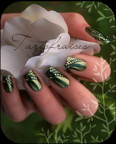 Gorgeous emerald nail art design by french nail artist, Tartofraises. This is a simple bi color nail with hexagon glitter accents. DIY this look with a steady hand and a careful placement of glitter with tweezers.