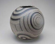 Junko Kitamura vase, patterns evocative of Jomon period BC) pottery and clay from the ancient pottery center of Shigaraki. Japanese Ceramics, Japanese Pottery, Japanese Art, Ceramic Clay, Ceramic Pottery, Pottery Art, Ceramic Boxes, Slab Pottery, Pottery Studio