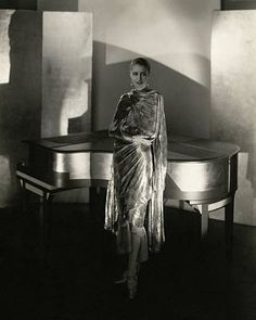 Marion Morehouse wearing a dress by Chéruit and jewelry by Black, Starr and Frost, next to a piano designed by Steichen, Gelatin silver print. Photo by Edward Steichen. Edward Steichen, Belle Epoque, Moda Fashion, Fashion Models, Fashion Pics, Vogue Photographers, Vintage Outfits, Vintage Fashion, Fashion 1920s