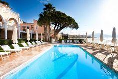 Hôtel Demeure Les Mouettes, Ajaccio, Corse. Ce magnifique hôtel offre une vue imprenable sur le golfe d'Ajaccio, un accès direct à la mer et des moments de pure détente dans son splendide jardin méditerranéen, à l'ombre des pins.