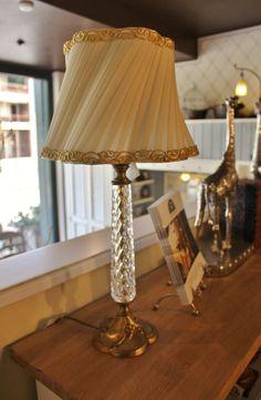 Tris di lampade da tavolo in ceramica dorata e paralume in vetro ...