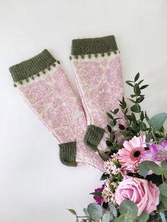 Ruusujen aika - Äitienpäivän Knit along -villasukat Knitting Socks, Yarn Crafts, Ravelry, Christmas Stockings, Knit Crochet, Gloves, Crochet Patterns, Sari, Wool