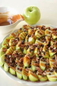 Apple nachos: Slice green apples, and squeeze lemon juice over them so they don't brown. Drizzle with caramel sauce, mini chocolate chips and crushed walnuts. *instead of chocolate chips and walnuts, use a chewy granola crumble, and crushed pecans Snack Recipes, Dessert Recipes, Cooking Recipes, Apple Desserts, Baking Desserts, Health Desserts, Easy Cooking, Healthy Cooking, Cooking Tips