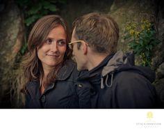 Företagsfoto - Porträttfoto - Bröllopsfotograf | Fotograf Stig Albansson - Innerligt möte under en Beloved-fotografering: Jag skulle önska att fler människor fick känna på hur det är att göra en beloved-fotografering. Det handlar inte bara om att få fantastiska bilder utan också om att få en underbar upplevelse. En upplevelse man kommer att minnas, och bli påmind om när man ser bilderna från fotograferingen. Location: Johanneberg, Göteborg. Couple Photos, Couples, Pictures, Couple Shots, Couple Photography, Couple, Couple Pictures