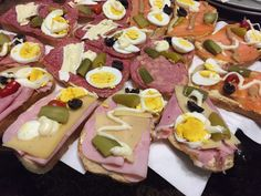 Belegte Brötchen #waskochen #snacks #brötchen Snacks, Finger Foods, Cobb Salad, Buffet, Cheese, Ham, Carrots, Red Peppers, Brunch Ideas