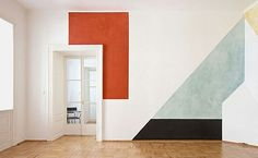 White walls, abstract finish