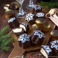 Suklaa ja likööri tuottavat taivaallisen makuyhdistelmän. Nämä Baileys-kreemillä täytetyt konvehdit antavat ylellisyyttä kahvihetkeen. Chocolate Bonbon, Irish Cream, Baileys, Calories, Easy, Bakery, Addiction, Berries, Desserts