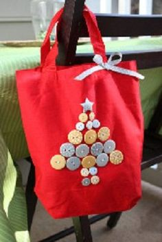 Christmas Button Tote Tutorial Christmas Tree Tote, Christmas Buttons, Easy Christmas Crafts, Christmas Sewing, Homemade Christmas Gifts, Noel Christmas, Christmas Projects, Simple Christmas, Christmas Ideas