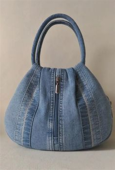 DIY einteilige Stoff Quilt Tasche Free Sewing Pattern + Video in 2020 Jean Purses, Purses And Bags, Bag Patterns To Sew, Sewing Patterns, Denim Tote Bags, Denim Purse, Denim Crafts, Upcycled Crafts, Denim Ideas