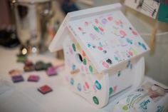 """Passend zur """"Vogelhochzeit"""": ein Vogelhäuschen mit den Fingerabdrücken der Gäste; eine nette Erinnerung für das Brautpaar.  Fotografie: http://www.heikekrestelfotografie.de/ http://www.festefeiern.by/"""