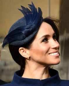 Throwback to Princess Eugenie's wedding when the Duchess wore this gorgeous navy hat by Noel Stewart🕊 Prince Harry Et Meghan, Princess Meghan, Harry And Meghan, Kate Middleton, English Hats, Meghan Markle Hair, Prinz Charles, Eugenie Of York, Navy Hats