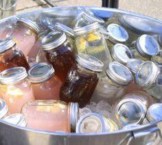 Coctles en mason jars preparados y enfriados para tus invitados, ideal para un venue de calor
