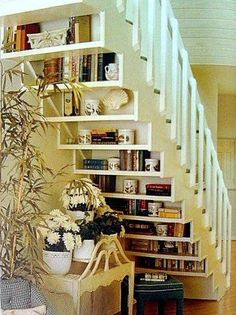The deco idea of ​​Sunday: Create shelves under stairs - Trendy Home Decorations Sweet Home, Stair Storage, Stair Shelves, Staircase Bookshelf, Book Shelves, Staircase Storage, Open Staircase, Bedroom Storage, Basement Storage