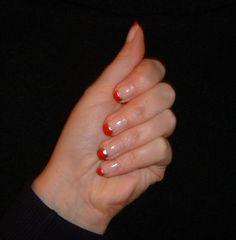 le mie prime prove di nail art (Natale 2012): lunette rosse con bordino argento