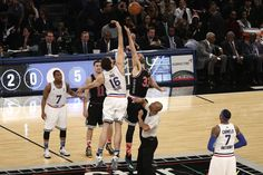 Foto para la historia: Brothers Pau Gasol and Marc Gasol contest the opening jump ball in the NBA All-Star Game. Photo: EPA