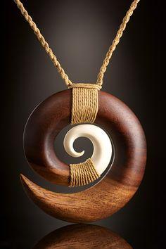 Die Welle als Symbol für den Kreislauf des Lebens. Holz und Knochen Schmuck aus Samoa | Fundinsel Sho Clay Jewelry, Bone Jewelry, Wooden Jewelry, Jewelry Art, Pendant Jewelry, Bone Crafts, Wooden Necklace, Washer Necklace, Gold Necklace