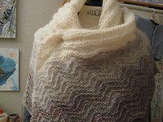 Ce châle a été tricoté pour la première fois en 2010 ,en laine filée main par Florence Georges des laines du Mouchon.