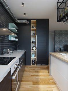 Les étagères sont minimalistes mais il y a assez de place pour tout