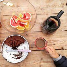 The last fika - sour cream, cardamom and cocoa cake with grapefruit. #fika #happycamper #afternoontea #bakerontour #chocolatecake #homemadeisbest #gotland #sweden #designersonholiday
