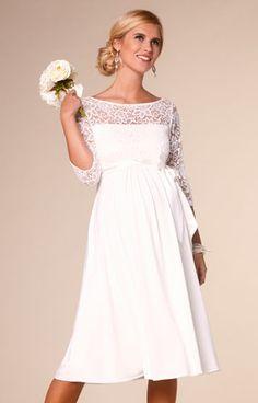 Wunderschön geschneidert mit floraler Spitze: Unser Brautkleid Lucia ist super luxuriös.
