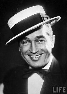 Maurice Chevalier 1888-1972, chanteur et acteur.