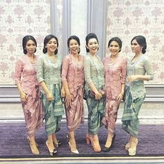 Can't decide between two of your favorite colors for your bridesmaids? Then why not just incorporate both of them? Incorporating pink and blue pastel tone with lace top and Kain batik, we are smitten by how it radiates a sweet and feminine mood. Who wants to do something like this for their girl squad? Leave an 'I do' below! Photo via @estheriaputrits