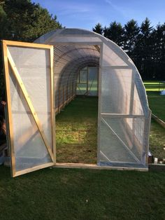Bygga ett Tunnelväxthus av Sofie Persson | PANKPRAKTIKAN Tunnel Greenhouse, Backyard Greenhouse, Greenhouse Plans, Vertical Vegetable Gardens, Cinder Block Garden, Hobby Farms, Flower Farm, Growing Vegetables, Outdoor Gear