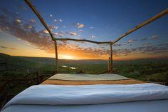 """Notti a dir poco selvagge quelle offerte da questo resort in Laikipia County, Kenya. Il  Loisaba  offre due stanze all'aperto chiamate """"Star beds"""", capanne di legno sollevate da terra con letti, salotto, bagno e guardaroba che affacciano sulla savana e hanno per tetto il cielo stellato. Pe"""
