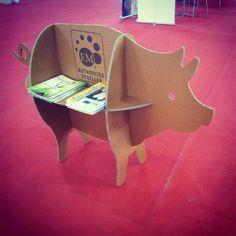 Expositor cerdito cerdo carton diseñado por Cartonlab. Pig exhibitor cardboard designed by Cartonlab.