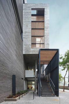 Construido en 2012 en Hong KongDescripción de los arquitectos. ¿Cómo podemos construir un edificio alto y moderno que pueda reflejarel pasado? Queremoseludir la idea de una torre...