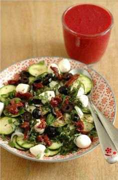 Salade courgette crue, mozzarella, tomate confite, olive noire, oignon tige